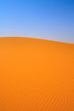 den russia för kurshskayaen för dynhorisontkosaen sanden går sträcka till Royaltyfri Bild