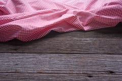 Den rutiga bordduken på trätabellbakgrund Fotografering för Bildbyråer