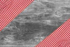 Den rutiga bordduken på trätabellen Royaltyfri Foto