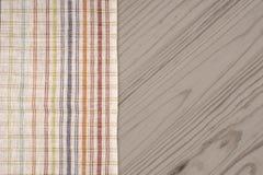 Den rutiga bordduken på trätabellen Fotografering för Bildbyråer