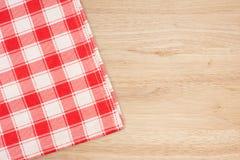 Den rutiga bordduken på trätabellen Arkivfoto