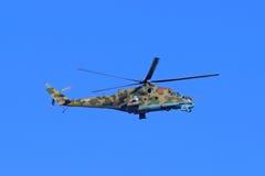 Den ryska attackhelikoptern Mi-24P är på bakgrunden för blå himmel Arkivbild