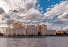 Den ryska flygvapenhelikoptern flyger över den från den ryska federationen försvarsdepartementet Arkivbilder