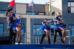 Den ryska folkdansen utförs i den öppna himlen royaltyfri foto