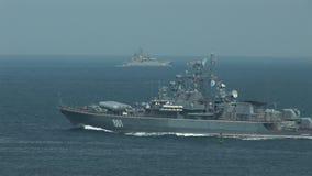 Den ryska krigsskeppet skriver in övningarna arkivfilmer