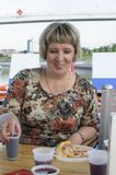 Den ryska kvinnan häller drinkar onboard fruktsaft eller vin motorn s Royaltyfria Bilder