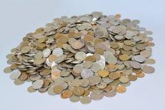 Den ryska metalliska valutan på en ljus bakgrund Lott av mone Arkivbilder