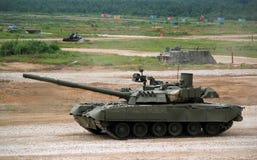 Den ryska militära behållaren t-80 på jordningen i strid betingar Fotografering för Bildbyråer