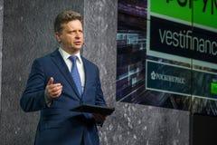 Den ryska ministern av transport Maksim Yurevich Sokolov talar på forumet Vestfinance Arkivbild