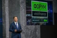 Den ryska ministern av transport Maksim Yurevich Sokolov talar på forumet Vestfinance Arkivbilder
