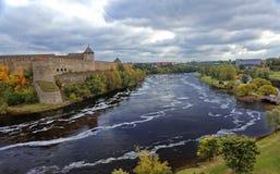 Den ryska mitt åldras fästningen Ivangorod nära St Petersburg arkivfoton