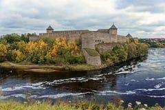 Den ryska mitt åldras fästningen Ivangorod nära St Petersburg arkivfoto