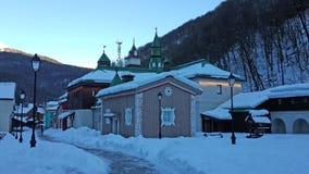 Den ryska snöig vintern parkerar de Ethnographic i de Kaukasus bergen, Krasnaya Polyana Royaltyfria Foton