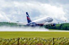 Den Ryssland staden Tumen, flygplatsRos-chino, tar av flygbussen a320 aeroflot, 27 Juli 2014 Arkivbilder