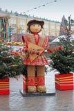 Den ryssShrovetide statyn av mannen i traditionell färgrik klänning med balalajkan på rysk nationell festival` Shrove ` på Manezh Arkivfoton