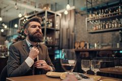 Den säkra stångkunden talar i kafé Affären går på och kommunikationen Datum- eller affärsmöte av hipsteren i bar arkivbild