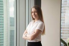 Den säkra unga affärskvinnan tycker om framgång arkivbild