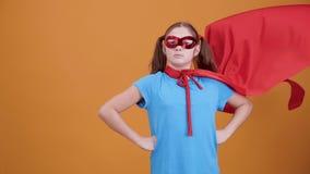 Den säkra unga flickan tror henne är en superhero stock video