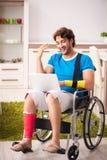 Den sårade mannen som återställer från hans skada royaltyfri foto