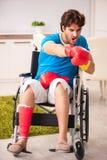 Den sårade mannen som återställer från hans skada royaltyfri bild