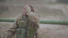Den sårade ukrainska soldaten i hjärnskakning går nära en behållare lager videofilmer