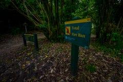 DEN SÖDRA ÖN, NYA SJÄLLAND MAY 22, 2017: Det informativa tecknet inom skogen om Abel Tasman National Park lokaliserade in Arkivfoto