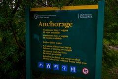 DEN SÖDRA ÖN, NYA SJÄLLAND MAY 22, 2017: Det informativa tecknet om Abel Tasman National Park lokaliserade i den södra ön i nytt Royaltyfri Fotografi