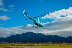 DEN SÖDRA ÖN, NYA SJÄLLAND MAY 25, 2017: En helikopter som lyfter av klart att ta turister till en glaciär i söderna Royaltyfria Foton
