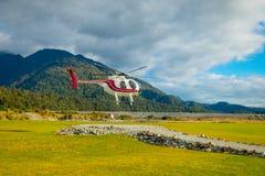 DEN SÖDRA ÖN, NYA SJÄLLAND MAY 25, 2017: En helikopter som lyfter av klart att ta turister till en glaciär i söderna Royaltyfri Bild