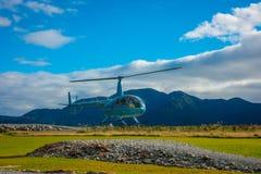 DEN SÖDRA ÖN, NYA SJÄLLAND MAY 25, 2017: En helikopter som lyfter av klart att ta turister till en glaciär i söderna Arkivbilder