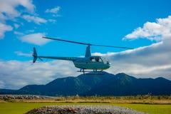 DEN SÖDRA ÖN, NYA SJÄLLAND MAY 25, 2017: En helikopter som lyfter av klart att ta turister till en glaciär i söderna Arkivbild