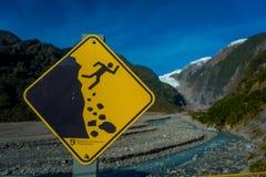 DEN SÖDRA ÖN, NYA SJÄLLAND MAY 25, 2017: Ett gult tecken av haverifara i ett härligt landskap av Franz Josef Glacier Arkivbild