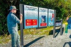 DEN SÖDRA ÖN, NYA SJÄLLAND MAY 25, 2017: Ett informativt tecken av Franz Josef Glacier National Park, i Nya Zeeland Arkivbild