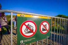 DEN SÖDRA ÖN, NYA SJÄLLAND MAY 25, 2017: Ett informativt tecken av låter inte att cykla i berget, i Nya Zeeland Royaltyfri Fotografi