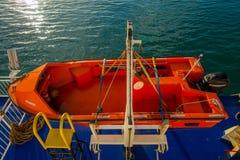 DEN SÖDRA ÖN, NYA SJÄLLAND MAY 25, 2017: Ett orange fartyg på en sida av färjan bara i fall av någon olycka, i nytt Royaltyfri Bild