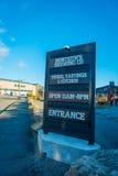 DEN SÖDRA ÖN, NYA SJÄLLAND MAY 25, 2017: Ett trätecken av ingången av den moderna ölfabriken, monteithsölfabrik som är södra Arkivfoto