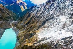 DEN SÖDRA ÖN, NYA SJÄLLAND MAY 25, 2017: Härlig landskap- och turkoslagun, väldiga berg som täckas av snö Arkivfoto