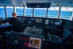 DEN SÖDRA ÖN, NYA SJÄLLAND MAY 25, 2017: Kabin för färjapilotkommando med kaptenen som fungerar maskinerna med a Royaltyfria Foton