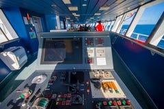 DEN SÖDRA ÖN, NYA SJÄLLAND MAY 25, 2017: Kabin för färjapilotkommando med sikt på havet, i Nya Zeeland Arkivbild