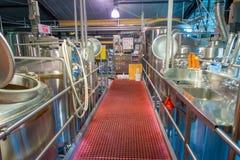 DEN SÖDRA ÖN, NYA SJÄLLAND MAY 25, 2017: Modern ölfabrik, stålbehållare för öljäsning och mognad Arkivbild