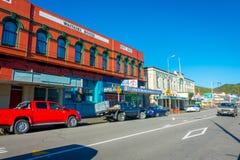 DEN SÖDRA ÖN, NYA SJÄLLAND MAY 23, 2017: Några bilar som parkeras i gatan i den huvudsakliga södra vägen, Greymouth, Nya Zeeland Arkivbild