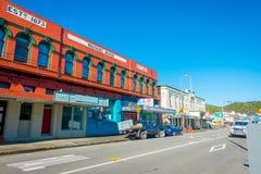 DEN SÖDRA ÖN, NYA SJÄLLAND MAY 23, 2017: Några bilar som parkeras i gatan i den huvudsakliga södra vägen, Greymouth, Nya Zeeland Royaltyfri Bild