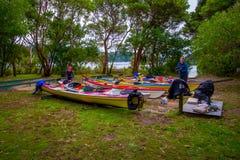 DEN SÖDRA ÖN, NYA SJÄLLAND MAY 22, 2017: Parkerar oidentifierade kvinnor som packar för Kayaking i Abel Tasman National, i nytt arkivbild