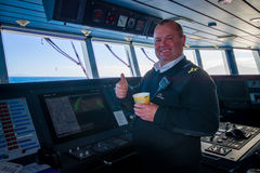 DEN SÖDRA ÖN, NYA SJÄLLAND MAY 25, 2017: Slut upp av en kabin för färjapilotkommando med en le kapten som rymmer a Arkivbilder