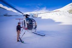 DEN SÖDRA ÖN, NYA SJÄLLAND MAY 24, 2017: Stäng sig upp av helikoptern och lotsa att vänta över snön för jägare i söder Arkivbilder