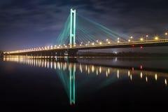 Den södra bron på natten, Kiev, Ukraina Bro på solnedgången över den Dnieper floden Kiev bro mot bakgrunden av Fotografering för Bildbyråer