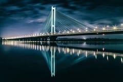 Den södra bron på natten, Kiev, Ukraina Bro på solnedgången över den Dnieper floden Kiev bro mot bakgrunden av Royaltyfri Fotografi