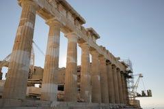 Den södra fasaden av parthenonen under rekonstruktion arbetar Tempel på Athenianakropolen, Grekland som är hängiven till gudinnan Royaltyfri Foto