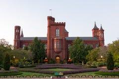 Den södra gräsmattan för Smithsonian slott i Washington DC royaltyfri bild