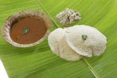Den södra indiska snabbmatidlien med koriander spricker ut med sambar- och kokosnötchutney royaltyfri foto